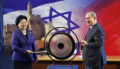 Israeli Prime Minister Benjamin Netanyahu (R) and Chinese Vice Premier Liu Yandong strike a gong during their joint news conference in Jerusalem March 29, 2016. REUTERS/Ronen Zvulun - RTSCN29